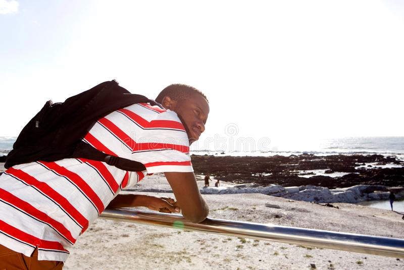 Hombre afroamericano joven que mira la playa imágenes de archivo libres de regalías