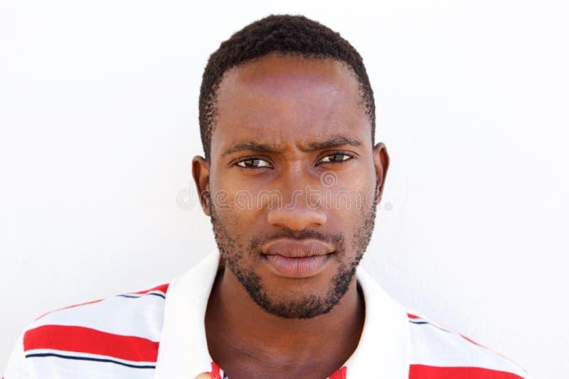 Hombre afroamericano joven que parece serio imágenes de archivo libres de regalías