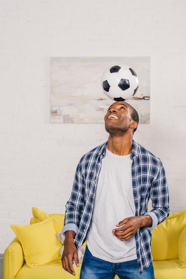 Hombre afroamericano joven sonriente foto de archivo libre de regalías