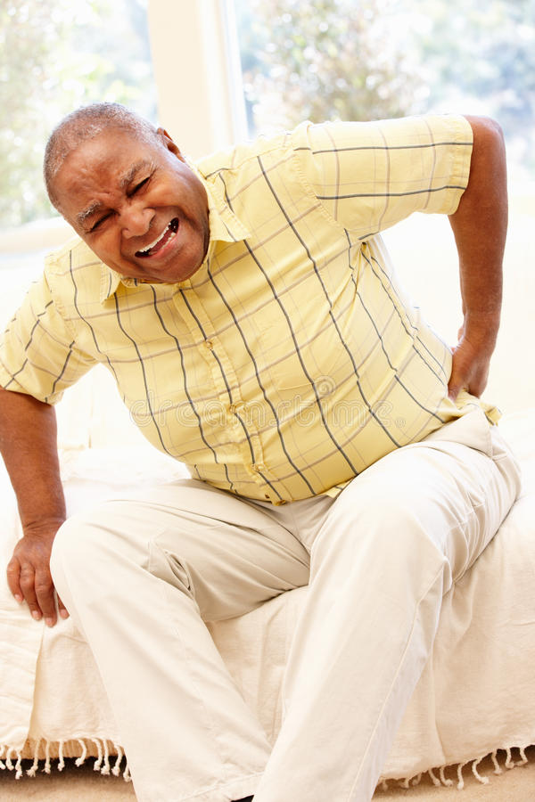 Hombre afroamericano mayor con dolor de espalda fotografía de archivo libre de regalías