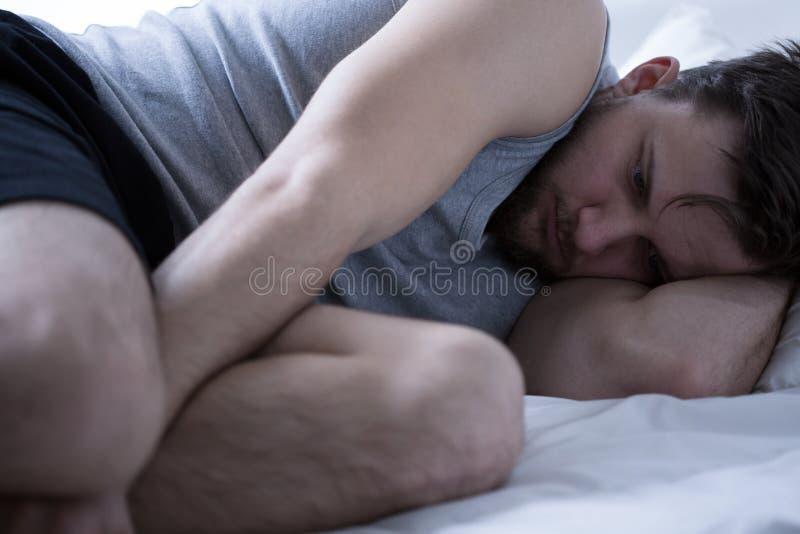 Hombre agotado con insomnio imagen de archivo libre de regalías