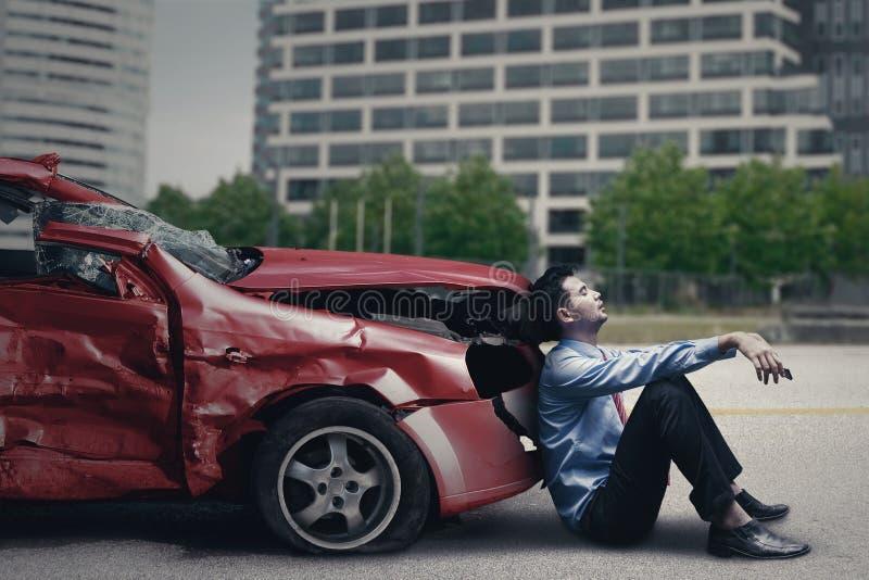 Hombre agotador después del accidente de tráfico imágenes de archivo libres de regalías