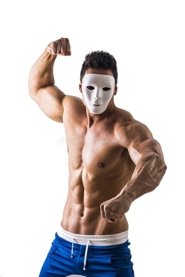 Hombre agresivo descamisado del músculo con la máscara espeluznante, asustadiza imagen de archivo