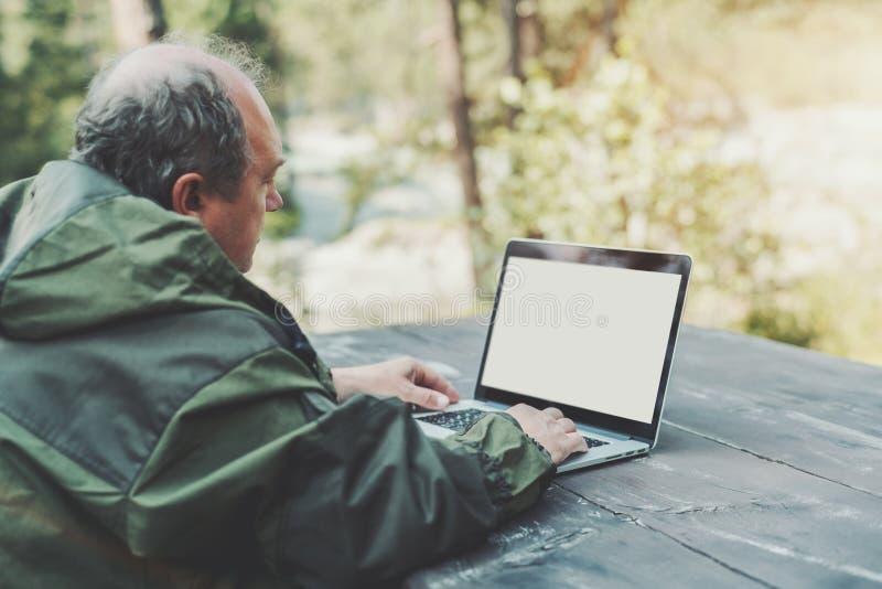 Hombre al aire libre con la plantilla del ordenador portátil fotografía de archivo libre de regalías