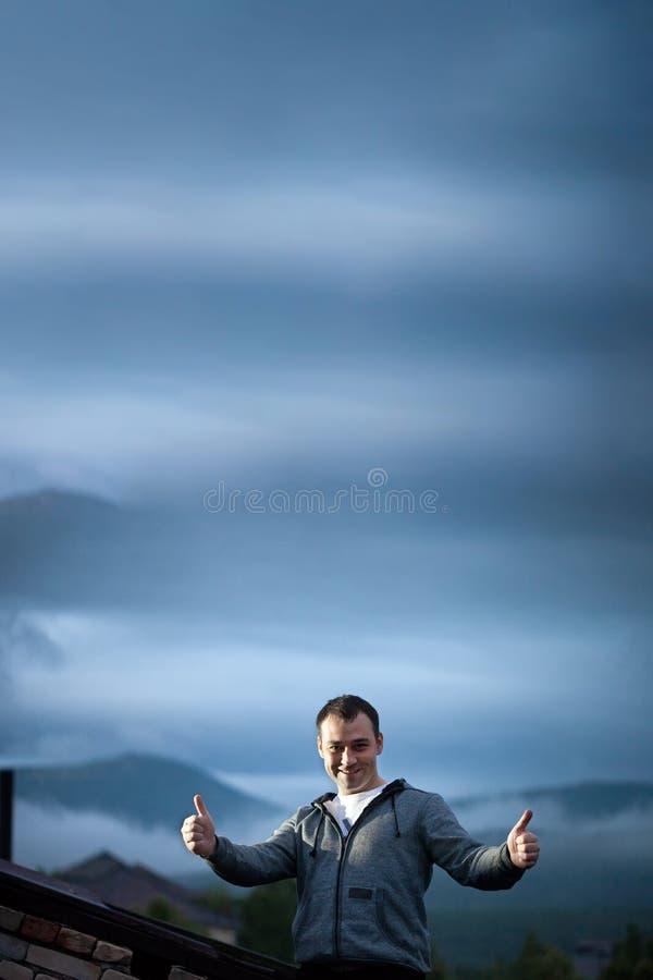 Hombre al aire libre en el tejado del edificio foto de archivo libre de regalías