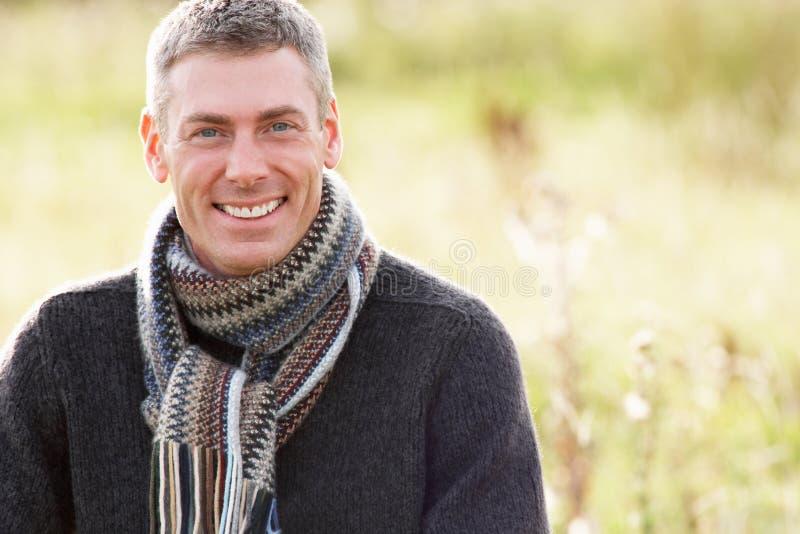 Hombre al aire libre que recorre en paisaje del otoño fotografía de archivo libre de regalías