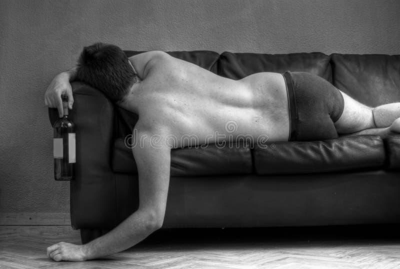 Hombre alcohólico - vida dura foto de archivo libre de regalías