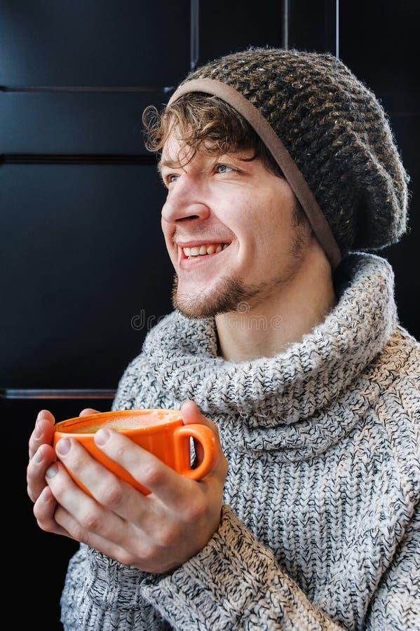 Hombre alegre feliz que sostiene una taza de café grande imagenes de archivo