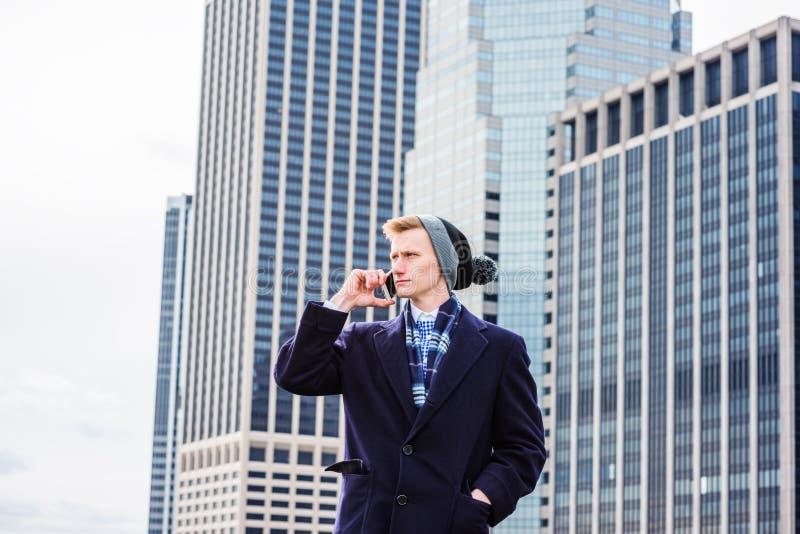 Hombre americano joven que viaja en Nueva York foto de archivo