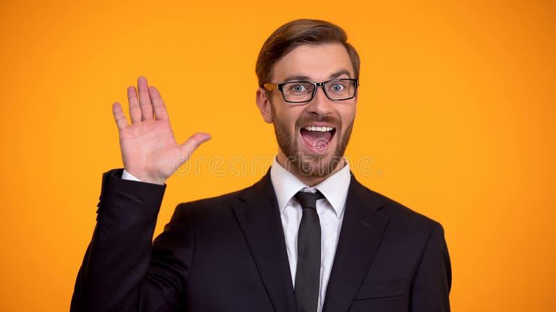 Hombre amistoso en la mano que agita del traje, decir hola, invitando para el trabajo, educaci?n imagen de archivo libre de regalías