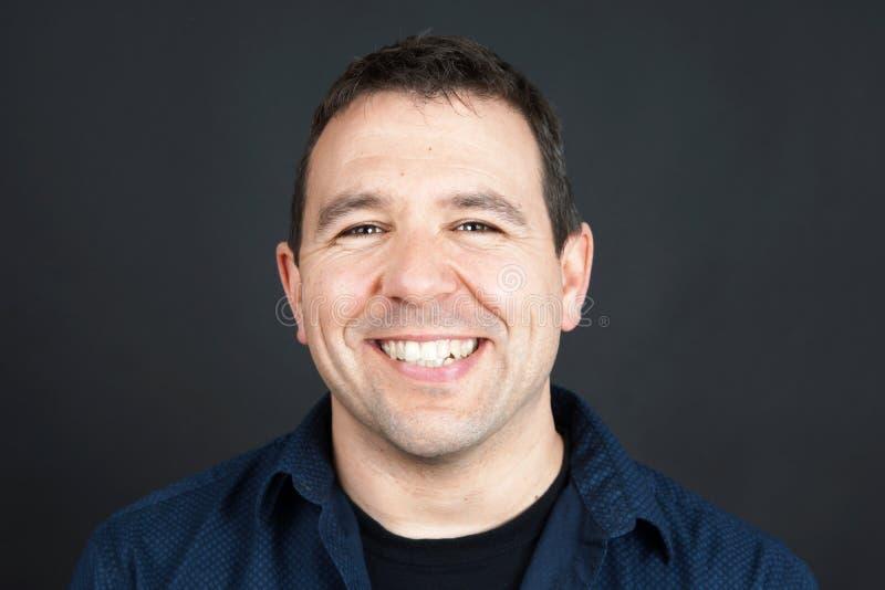 Hombre amistoso sonriente imagen de archivo