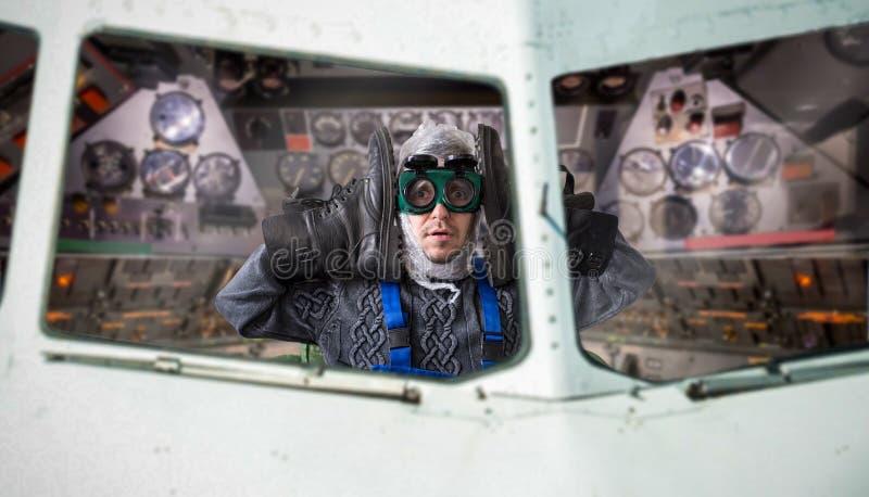 Hombre anormal divertido dentro de la nave espacial imagen de archivo libre de regalías