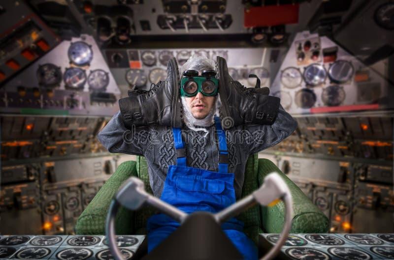 Hombre anormal divertido dentro de la nave espacial foto de archivo