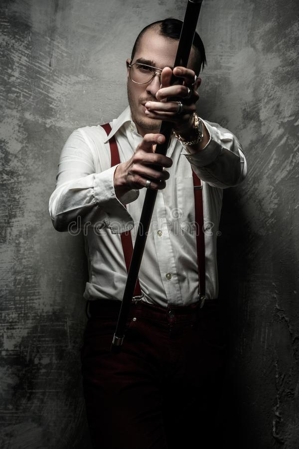 Hombre anormal en la camisa blanca imagen de archivo