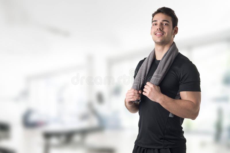 Hombre apto con una toalla en su cuello fotos de archivo