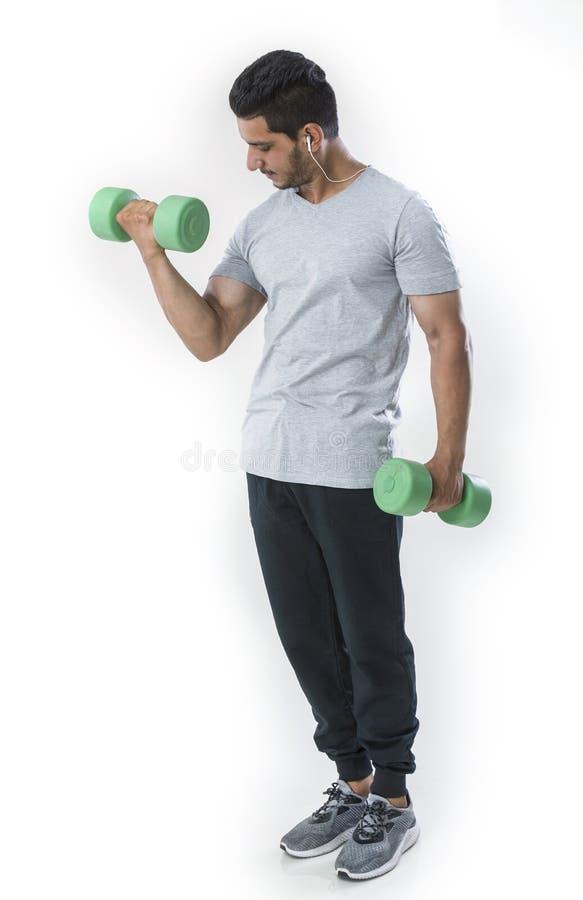 Hombre apto y hermoso con pesa de gimnasia foto de archivo libre de regalías