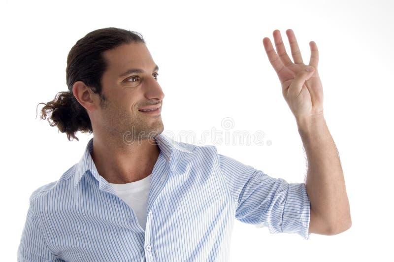Hombre apuesto joven con la cuenta de los dedos imagen de archivo