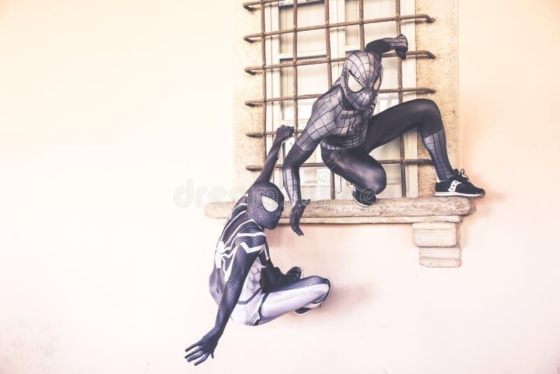 Hombre araña dos en la acción fotos de archivo