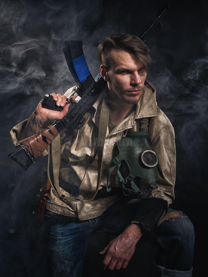 Hombre armado con un arma stalker fotografía de archivo
