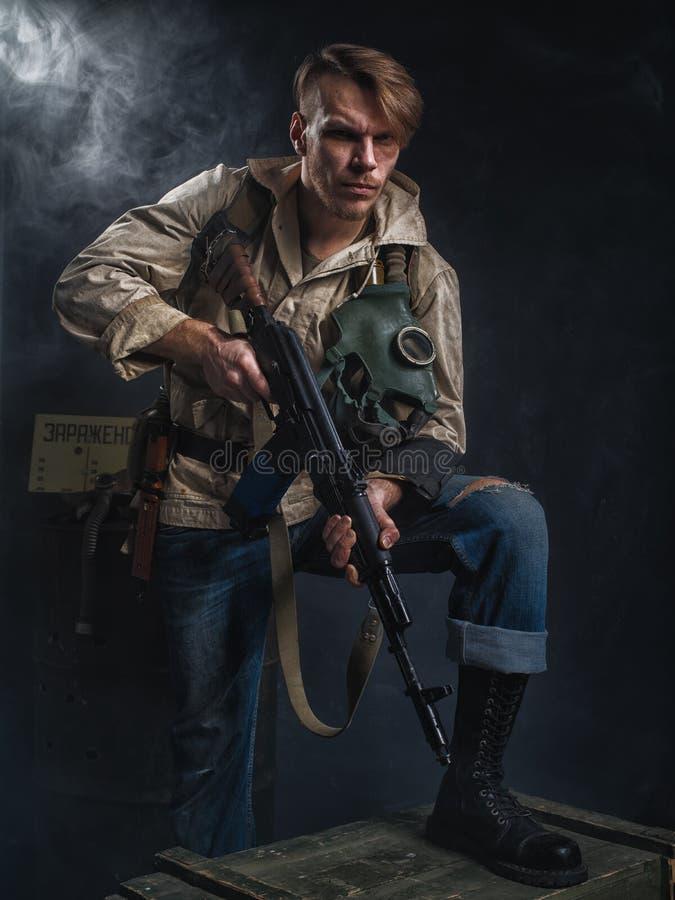 Hombre armado con un arma stalker imagen de archivo libre de regalías
