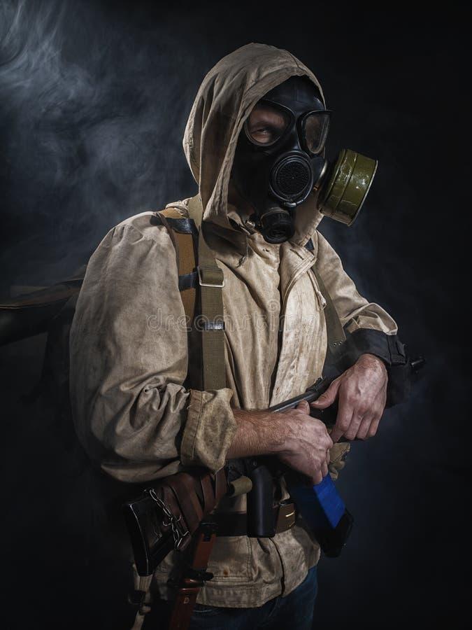 Hombre armado en máscara protectora imagenes de archivo