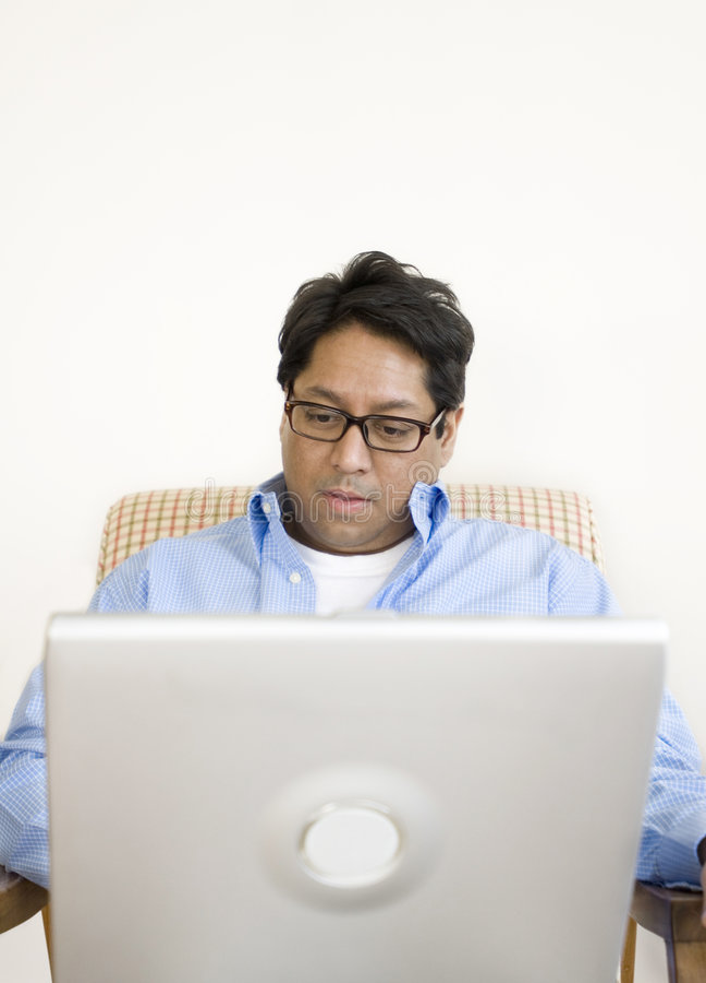 Hombre asiático con la computadora portátil foto de archivo libre de regalías