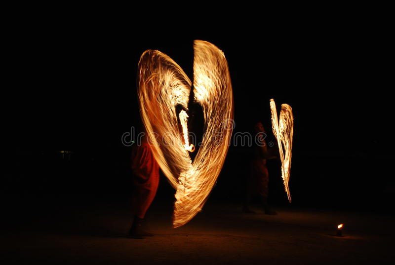 Hombre asiático con la demostración del fuego imagen de archivo
