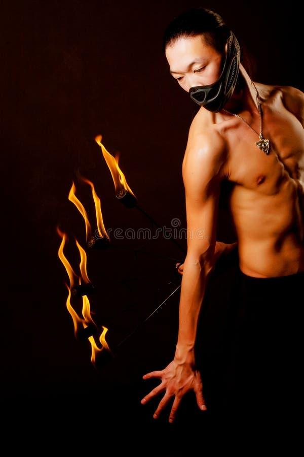 Hombre asiático con la demostración del fuego imagenes de archivo