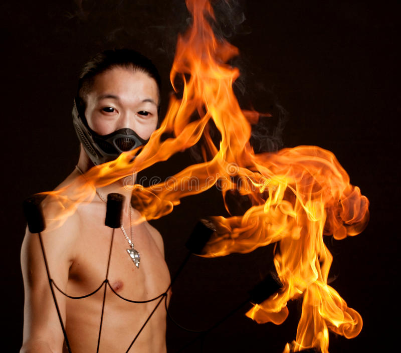 Hombre asiático con la demostración del fuego fotos de archivo