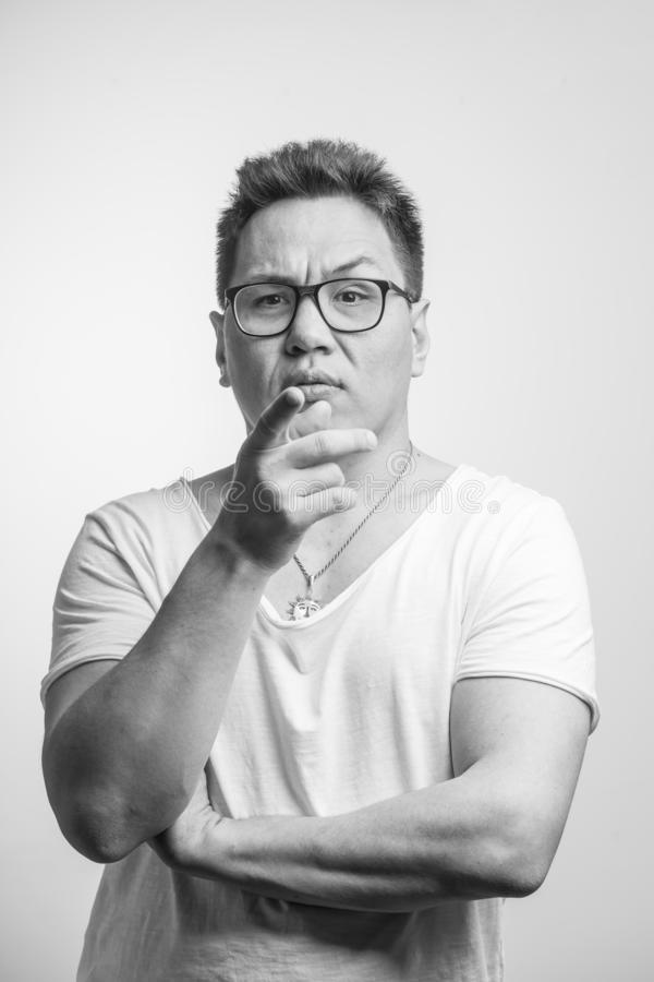 Hombre asiático con la sospecha y la incredulidad en su cara, mezclada con la desaprobación fotos de archivo libres de regalías