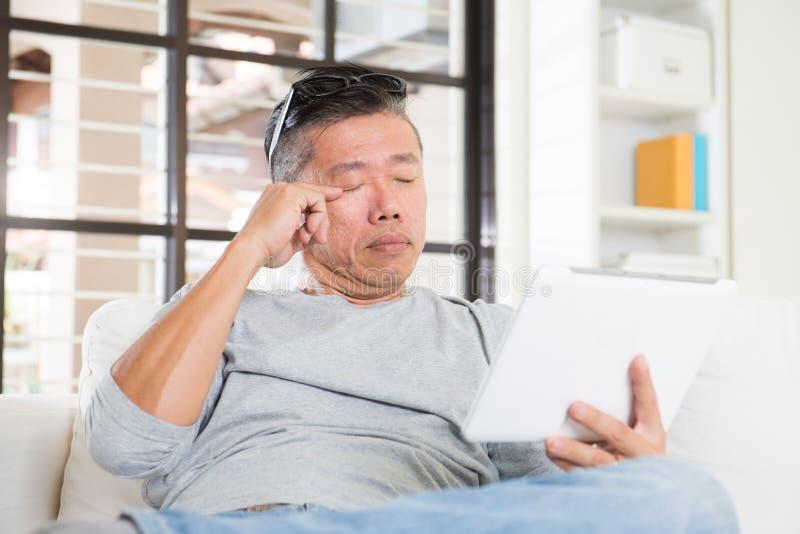 Hombre asiático con problema de los ojos fotos de archivo