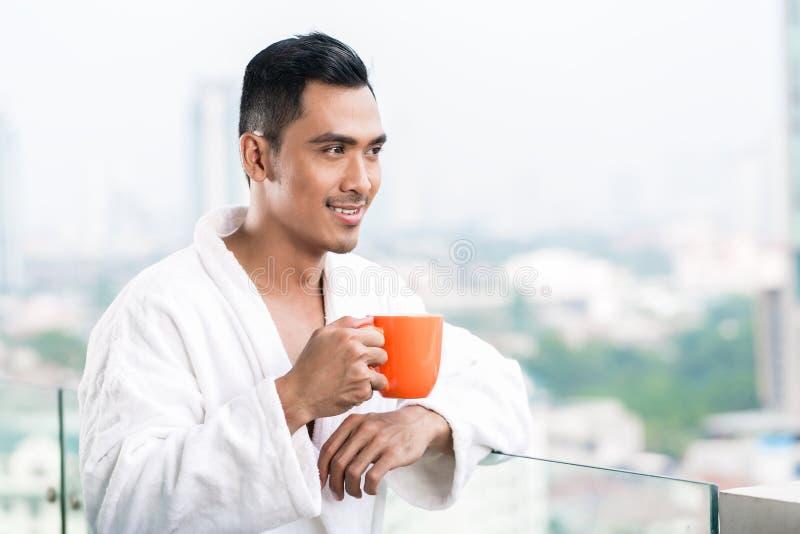 Hombre asiático en el frente de la mañana del horizonte de la ciudad imágenes de archivo libres de regalías