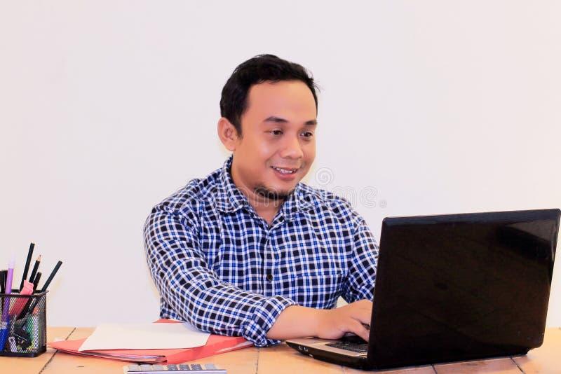 Hombre asiático feliz del employe foto de archivo