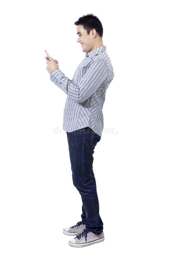 Hombre asiático feliz que usa un teléfono móvil fotos de archivo libres de regalías