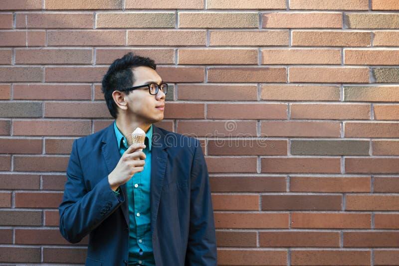 Hombre asiático joven con helado foto de archivo libre de regalías