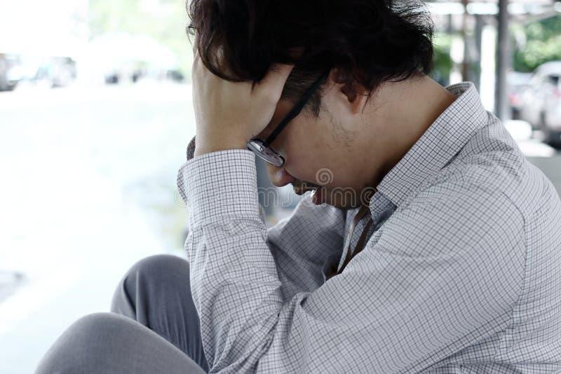Hombre asiático joven triste y preocupante que sufre de la depresión severa imágenes de archivo libres de regalías
