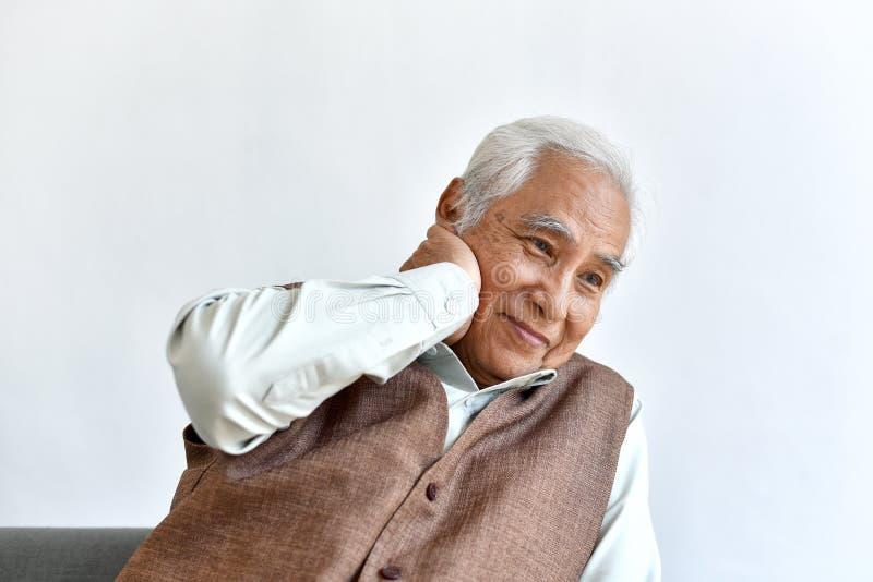Hombre asiático mayor confuso y olvidadizo con el gesto de pensamiento, enfermedad de Alzheimer imagenes de archivo