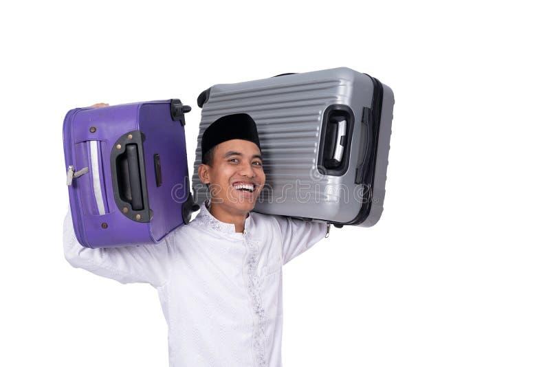Hombre asiático musulmán con la maleta imagenes de archivo