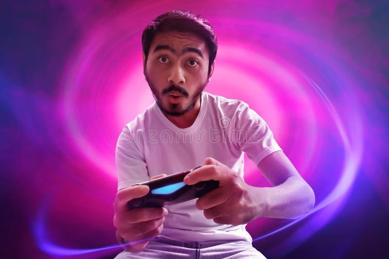 Hombre asiático que juega a los videojuegos imagenes de archivo