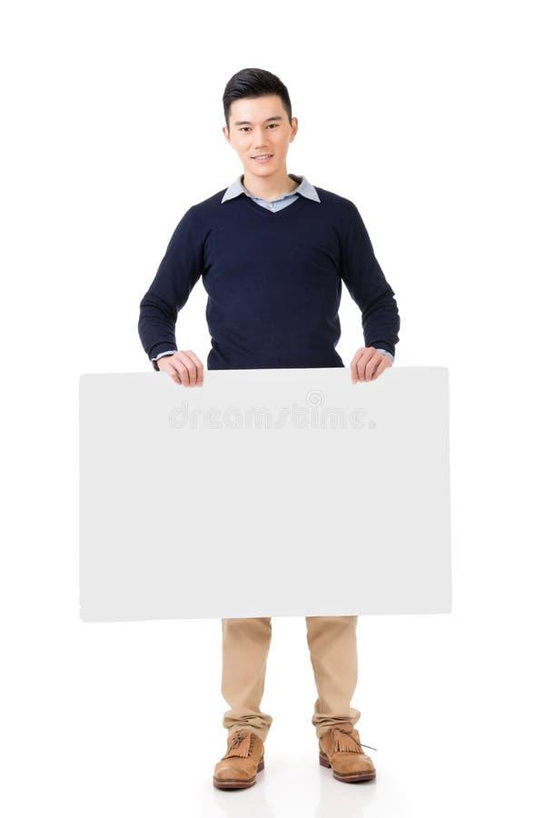 Hombre asiático que lleva a cabo a un tablero en blanco imágenes de archivo libres de regalías