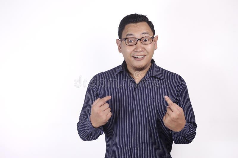 Hombre asiático que se señala con la expresión sorprendida fotos de archivo libres de regalías