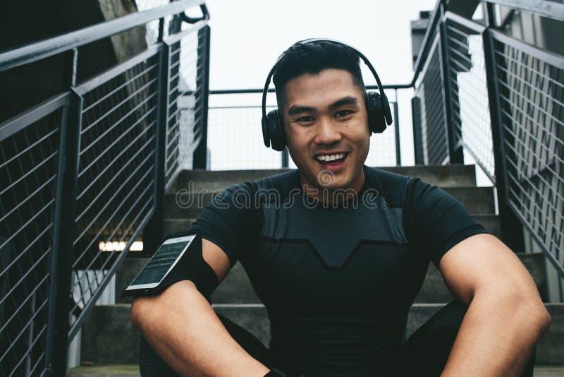Hombre asiático que toma la rotura después de la sesión de formación imagenes de archivo
