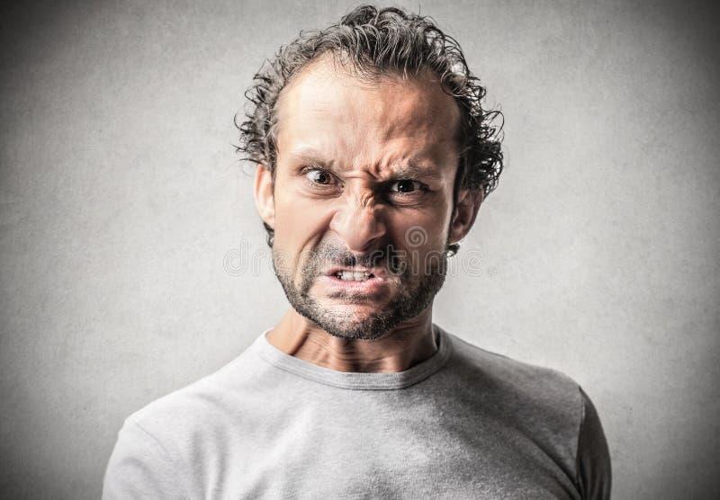Hombre asustadizo con una expresión del peligro imagen de archivo