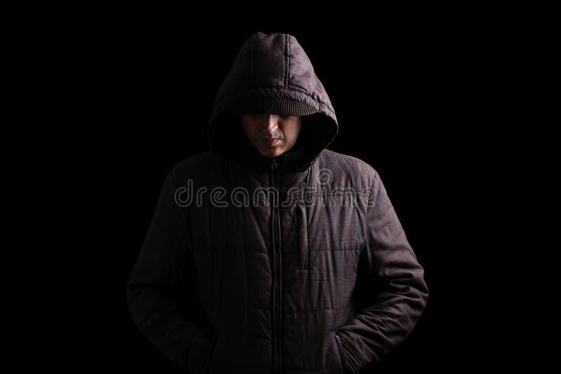 Hombre asustadizo y espeluznante que oculta en las sombras imágenes de archivo libres de regalías