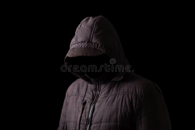 Hombre asustadizo y espeluznante que oculta en las sombras imagenes de archivo