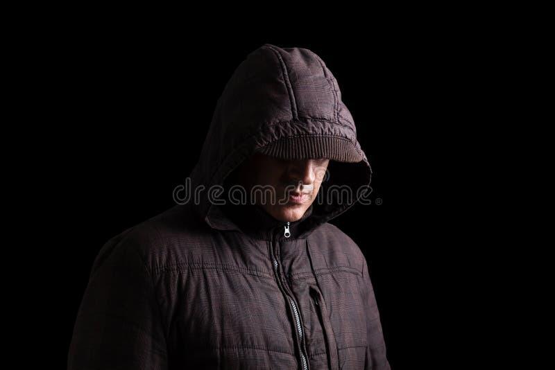 Hombre asustadizo y espeluznante que oculta en las sombras fotos de archivo libres de regalías