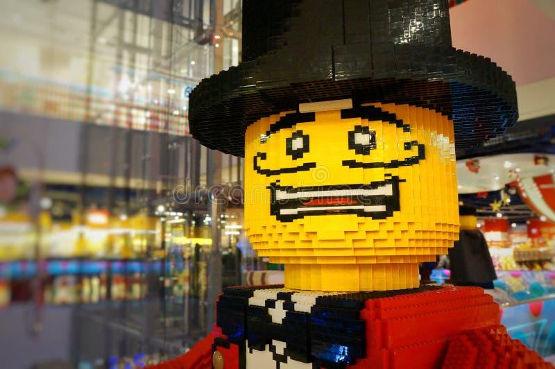 Hombre asustado, caballero en un sombrero con un bigote, amarillo, hecho de los cubos del diseñador imagen de archivo libre de regalías