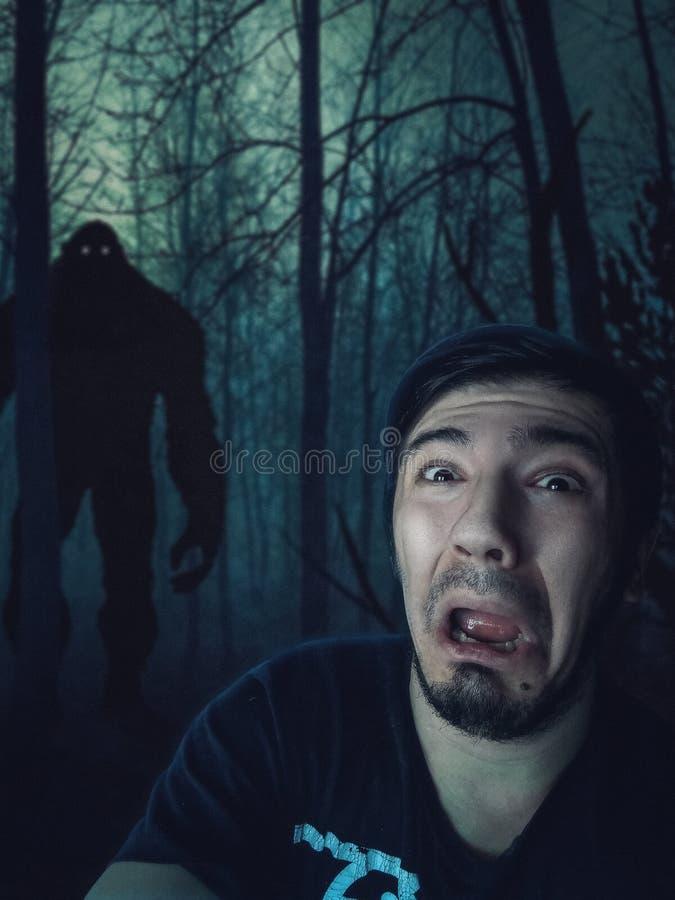 Hombre asustado por King Kong en bosque oscuro fotos de archivo libres de regalías