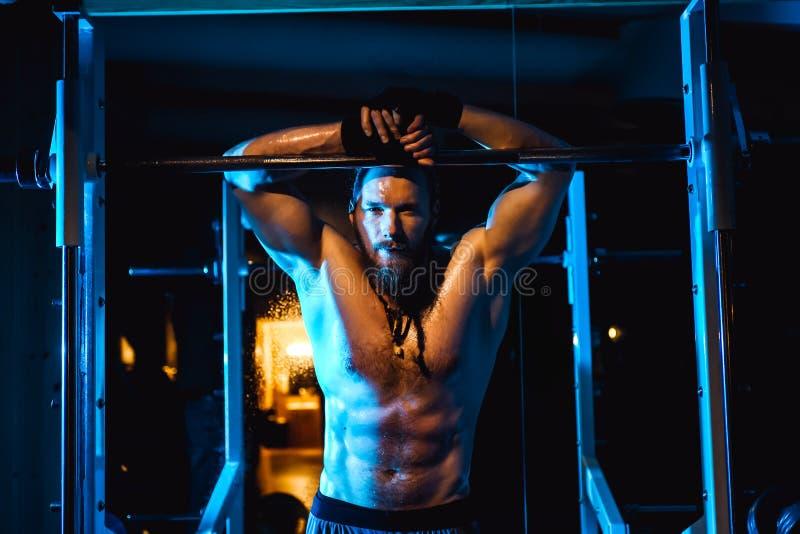 Hombre atlético atractivo del inconformista del culturista adulto brutal hermoso joven con los músculos grandes imagen de archivo