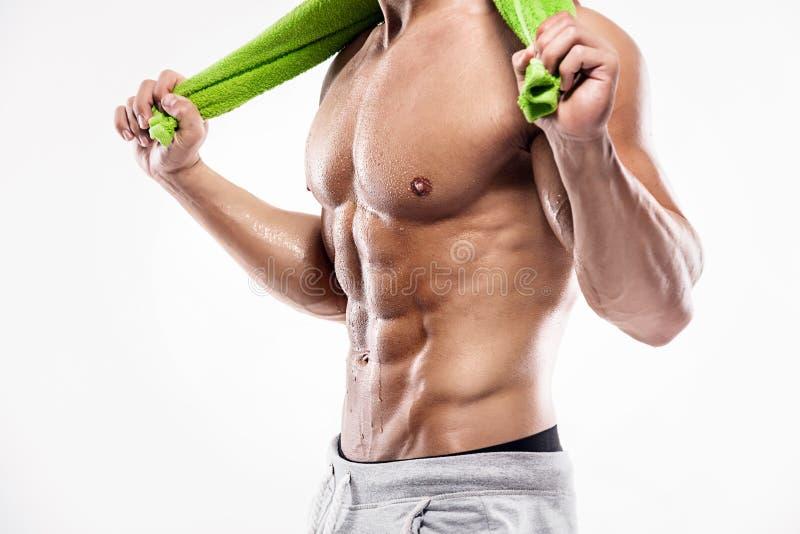 Hombre atlético fuerte que muestra el bíceps grande y los músculos abdominales fotografía de archivo libre de regalías